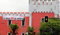 Aspecto que presenta la entrada principal de la fábrica de armas ovetense de La Vega, de Santa Bárbara Sistemas