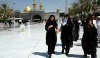 Unos musulmanes chiitas iraníes visitan el santuario del imán Abas en la ciudad iraquí de Kerbala el 9 de septiembre de 2016