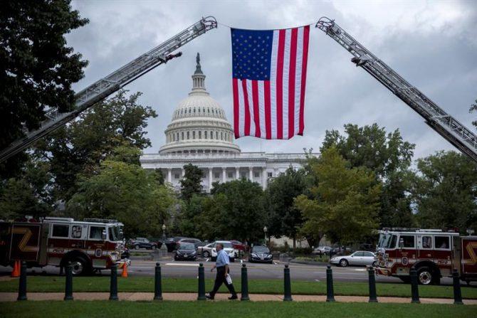 Vista de una bandera estadounidense desplegada desde dos camiones de bomberos durante una votación del Senado en el capitolio en Washington, DC, Estados Unidos.