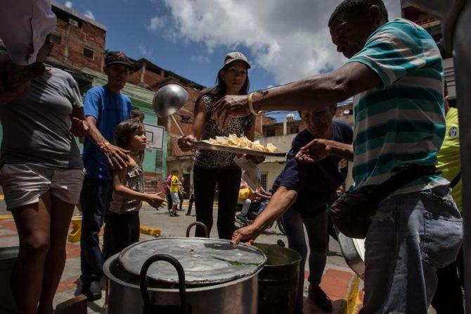 Un grupo de personas preparan un sancocho en la ciudad de Caracas (Venezuela).