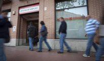 En la foto, un grupo de personas hacen cola en una oficina del INEM en Alcala de Henares (Madrid).