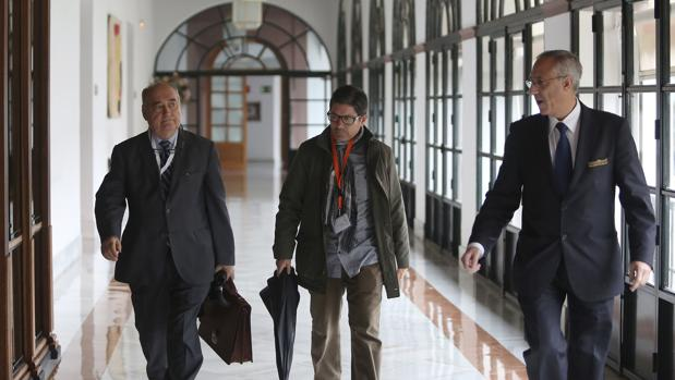 osé Sivianes (en el centro), en los pasillos del Parlamento andaluz