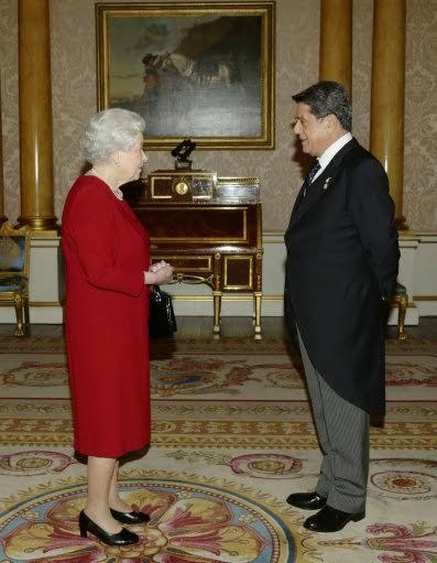 Federico Trillo y la Reina de Inglaterra.