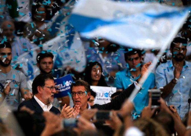 El candidato del PP a la reelección al frente de la Xunta de Galicia, Alberto Núñez Feijóo, junto al líder del PP y jefe del Gobierno en funciones, Mariano Rajoy (izq), el 10 de septiembre de 2016 en Pontevedra