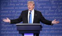 El candidato Republicano a la presidencia de los Estados Unidos Donald Trump habla frente a la candidata Demócrata Hillary Clinton en el primer debate en la Universidad Hosfra de Hempstead, Nueva York (EE.UU.).