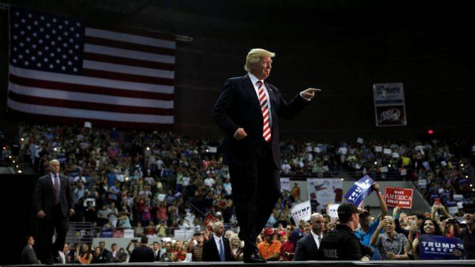 El candidato republicano Donald Trump, en el escenario de un mitin de campaña en Pensacola, Florida.