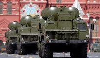 Unidades del sistema antiaéreo ruso s-400 durante un desfile en la Plaza Roja de Moscú el masado mes de mayo.