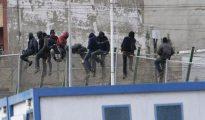 Una decena de inmigrantes permanecen encaramados en la valla de Melilla.