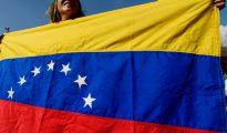 Una mujer enarbola una bandera de Venezuela en una manifestación en Madrid, para pedir la revocación del mandato de Nicolás Maduro, el 4 de septiembre de 2016