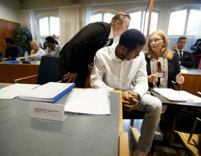 El voleibolista cubano Luis Sosa Sierra (en primer término), el pasado 29 de agosto en el tribunal de Tampere, en Finlandia