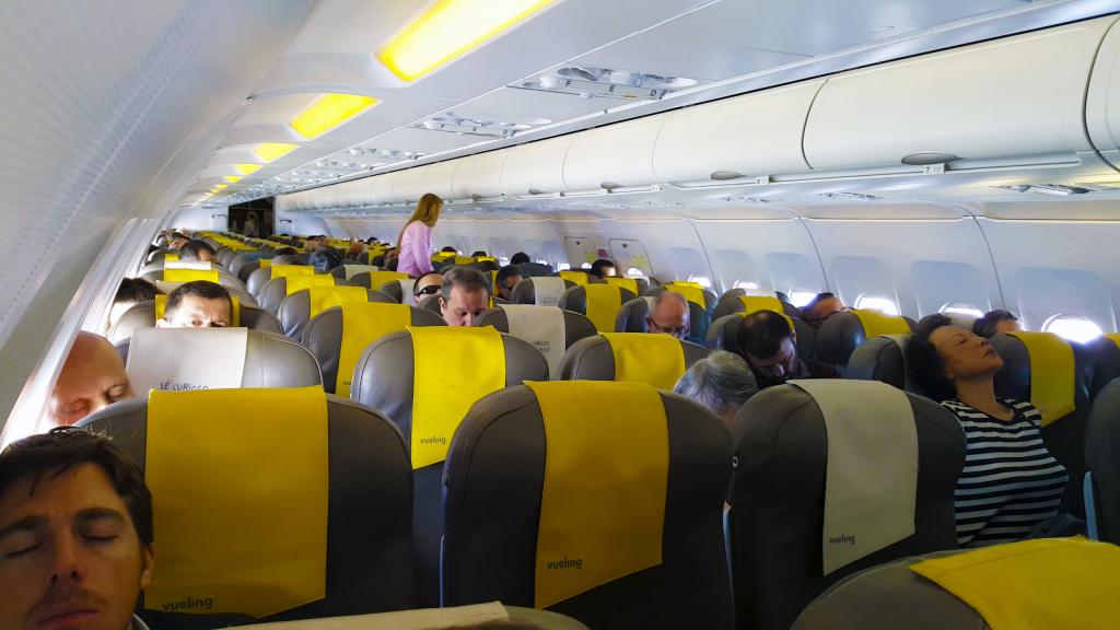 Una pasajera catalibana acusa a vueling de obligarle a for Interieur avion ryanair