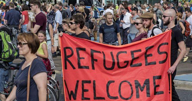 'Perroflautas' austriacos dan la bienvenida a los refugiados.