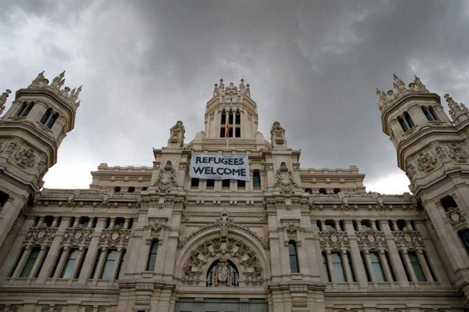 """Detalle de una pancarta con la leyenda """"Refugees Welcome"""" -""""Refugiados, bienvenidos"""", colocada en la fachada del Palacio de Cibeles, sede del Ayuntamiento de Madrid."""