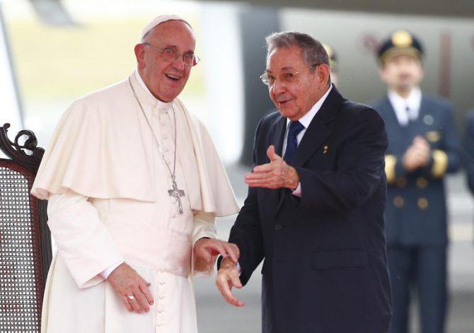 El papa y Raúl Castro.