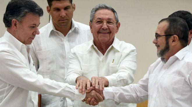 """El presidente de Colombia, Juan Manuel Santos Calderón (i), Raúl Castro (c) y el líder de las FARC, """"Timochenko""""."""