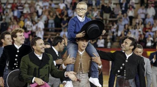 Adrián, dando el paseíllo en la plaza de Valencia.