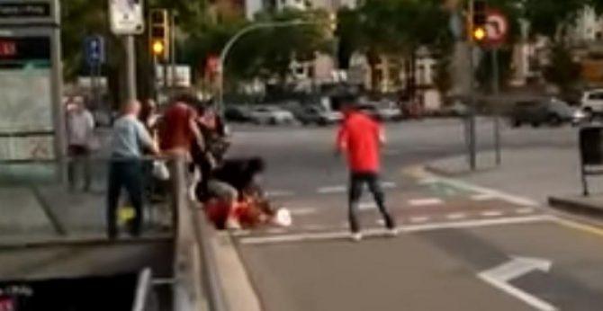 Dos jóvenes agredidos en Barcelona por llevar la camiseta de la selección española.