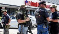 Ciudadanos estadounidenses armados con rifles y pistolas.
