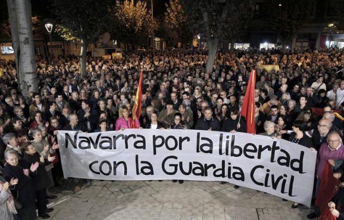 Concentració en solidaridad con la Guardia Civil tras la agresión a dos agentes y sus parejas en Alsasua, ayer frente a la Comandancia de la Guardia Civil en la Avenida de Galicia, en Pamplona.