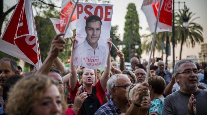 Militantes del PSOE se concentran en València en apoyo a Pedro Sánchez