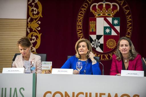 La ministra de Sanidad, Servicios Sociales e Igualdad en funciones, Fátima Báñez (c), la consejera de Bienestar Social, Aurelia Sánchez (d), y la presidenta de la Federación de Familias Numerosas, Eva Holgado.
