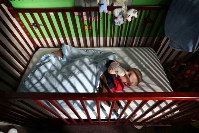 Un bebé en la habitación de su madre en un correccional de Decatur, Illinois (norte de EEUU), el 18 de febrero de 2011