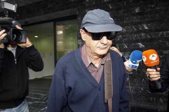 Vicent Belenguer sale de los juzgados de Paterna tras el fallido acto de conciliación.