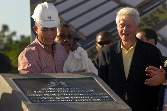 Michel Martelly y Bill Clinton inauguran el Caracol Industrial Park en Haití en 2011