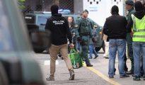 Agentes de la Guardia Civil, durante el registro de la peluquería en la que trabajaba el marroquí detenido esta madrugada en Calahorra (La Rioja), por supuestos delitos de enaltecimiento y difusión de propaganda de la organización terrorista Daesh.