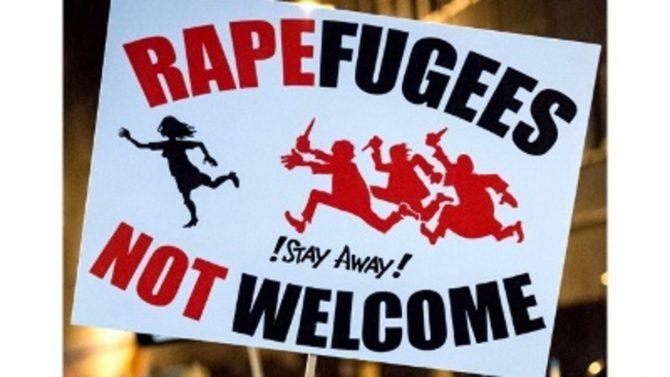 """Cartel en contra de la violación de los refugiados. Juego de palabras con el al anuncio de """"Welcome refugees"""" pero con la palabra """"violar""""/Twitter"""