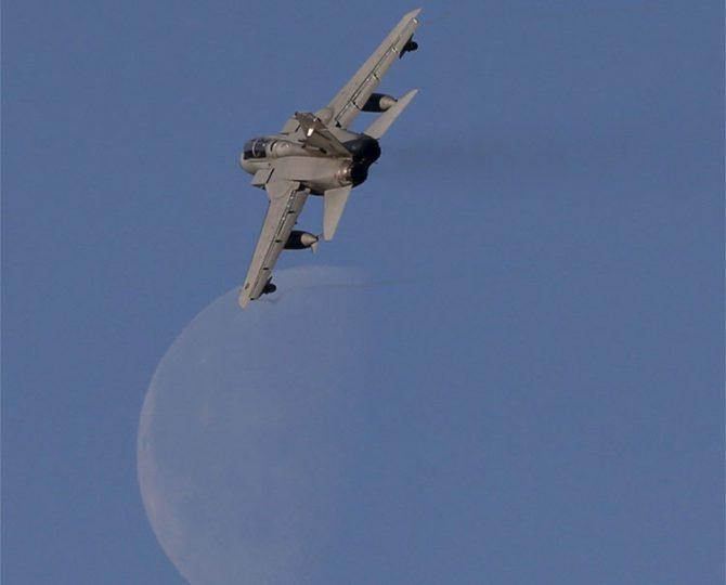 Un caza Tornado sobrevuela el cielo de Escocia