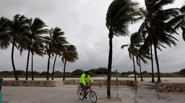 Un ciclista intenta mantener el equilibrio en medio del viento.