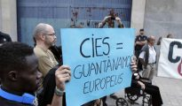 Un centenar de personas se manifiesta frente a un CIE en Valencia