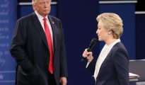 """""""Somos como atletas (...) y a los atletas les hacen someterse a un control antidrogas. Yo creo que deberían hacernos un control antidrogas antes del debate (de este miércoles), porque no sé lo que le pasa"""" a Clinton, dijo Trump en un mitin en Portsmouth (Nuevo Hampshire)."""