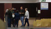 Los concejales del Ayuntamiento de Badalona atienden a los ciudadanos en el interior del recinto, tras desobedecer la resolución de un juzgado barcelonés contra su voluntad de abrir las dependencias municipales en el Día de la Hispanidad.