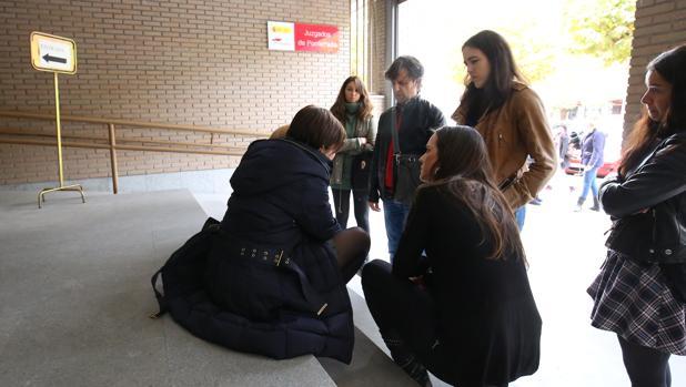 La mujer que denunció, a las puertas de los juzgados de Ponferrada
