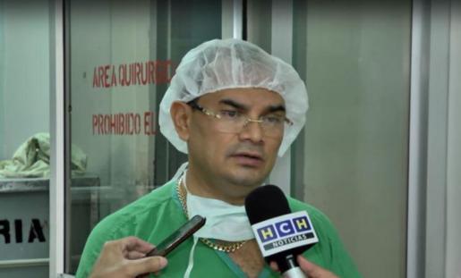 El doctor Chirinos, quien operó al paciente.