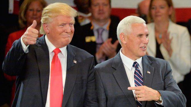 El candidato republicano, Donald Trump (izda.), junto a Mike Pence,