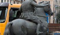 Detalle de la estatua ecuestre con el impacto de un huevo