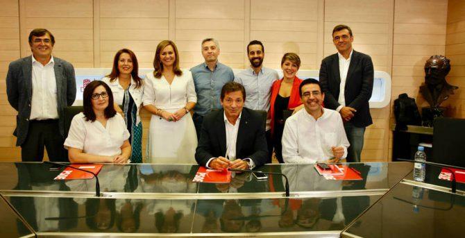 Foto oficial de la gestora del PSOE antes de su primera reunión.