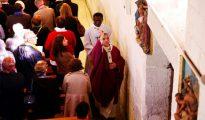 El arzobispo Dominique Lebrun bendice la iglesia de Saint Etienne du Rouvray, en Francia, el 2 de octubre de 2016, durante una misa especial de reapertura dos meses después de que el sacerdote Jacques Hamel fuera degollado por unos yihadistas