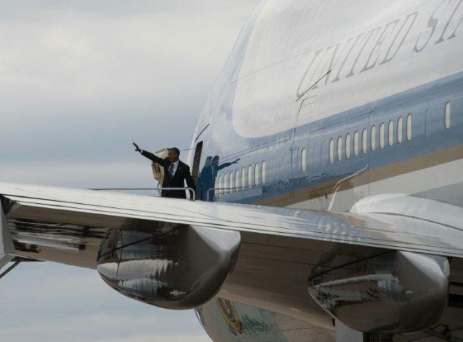 El presidente de Estados Unidos Barack Obama embarca en el avión oficial Air Force One en San Diego, California, el 24 de octubre de 2016, antes de viajar a Los Angeles