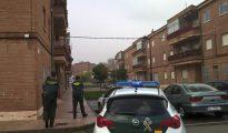 Un hombre y una mujer han aparecido muertos a primera hora de esta mañana en una vivienda en la localidad salmantina de Fuentes de Oñoro, ambos presentaban heridas por arma de fuego.