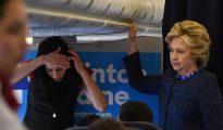 Hillary Clinton y una asesora, en el avión de la campaña demócrata