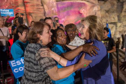 Hillary Clinton apuesta por las mujeres para salvar su campaña.