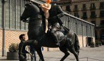 Un radical coloca una muñeca hinchable como protesta en la estatua ecuestre del general Franco frente al edifico del Born de Barcelona.