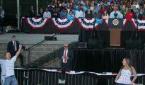 """Mujeres interrumpen un discurso de Obama con mensajes de """"Bill Clinton es un violador"""""""