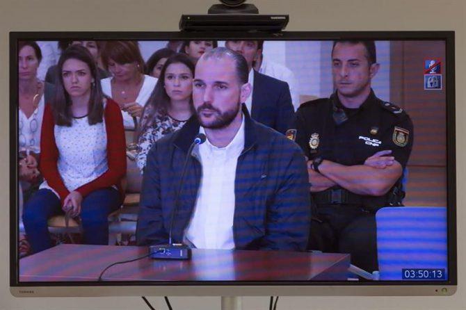 Imagen del monitor de la sala de prensa desde donde los periodistas siguen la tercera sesión del juicio por los asesinatos de la jugadora holandesa de voleibol Ingrid Visser y de su pareja, Lodevijk Severein, durante la declaración del acusado Juan Cuenca, hoy en la Ciudad de la Justicia de Murcia.