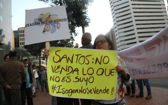 Colombianos protestan contra la venta de Isagen.