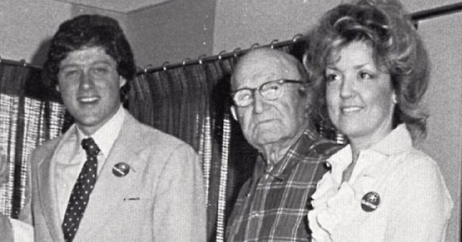 Juanita Broaddrick y Bill Clinton (i), en 1978.